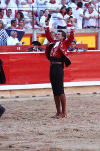 Hermoso de Mendoza muestra en triunfo las dos orejas cortadas.