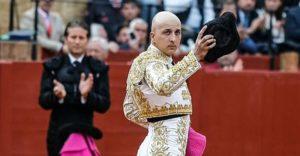 Javier Castaño saludando en la plaza de Sevilla.