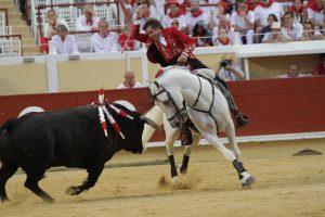 Hermoso de Mendoza, sobre un entregado 'Pirata' no acertó con el rejón letal. Fotografía: pablohermoso.net
