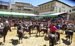 Los caballistas y el ganado a su llegada a la plaza de Larraga. Fotografía: Alberto Galdona.