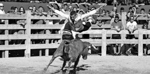 Uno de los saltos de Aritz López, ganador del concurso de recortes de Larraga. Fotografía: Alberto Galdona.