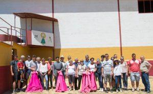 Toreros y ganaderos con los aficionados navarros en la plaza de tientas de Los Maños.