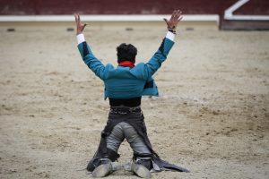 De esta manera celebró Pérez Langa su triunfo frente al sexto, que no fue toro sino utrero. Fotografá: Alberto Galdona.