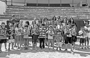 Algunos de los niños participantes, con los trofeos conseguidos, pues los hubo para todos. Fotografía: Montxo A. G.
