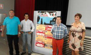 A la izquierda de la imagen, José Antonio Baigorri y Francisco Expósito junto al cartel de la Feria de Peralta.