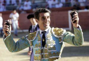 Francisco Marco pasea en triunfo las dos orejas conseguidas de un toro de Miura en la plaza de Estella hace doce días. Fotografía: José Antonio Goñi.