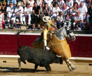 Un toro de Dolores Aguirre, peleando en varas el año pasado en la plaza de Tafalla.