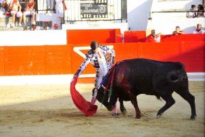 Derechazo de Aranda al tercero, al que le cortó una oreja. Fotografía: Alberto Galdona.