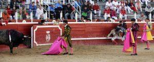 Joselillo, sentado en el estirbo, semi inconsciente, tras la cogida. Fotografía: José Antonio Goñi.