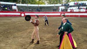 Javier Antón pasea en triunfo por el ruedo de Carranza la oreja conseguida.