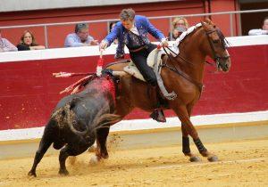 Hermoso de Mendoza clava una corta en Logroño a lomos de 'Cayena', un caballo que antes se llamaba 'Manile'.