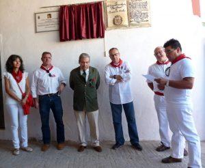 Pepe Teruel, bajo la placa en su honor, rodeado de socios del Club Taurino Gracurris.
