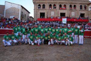 Los 33 participantes en el espectáculo, sobre la arena de la plaza de toros de Villafranca. Forografía: E.M.