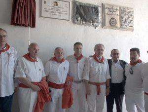 Bajo la placa, Sergio Sánchez con directivos del Club Taurino Gracurris, con Miguel Sanz y con su suegro, Enrique Abad. Fotografía: Miguel Ángel Coronado.