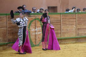 Manolo de los Reyes, primero por la izquierda, y Rafael Cañada saludan montera en mano tras haber banderilleado a 'Espantavivos', sexto de la tarde, de Baltasar Ibán.
