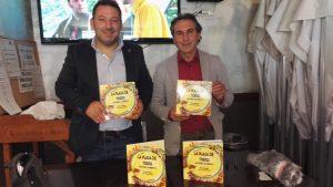 Gustavo Alegría y Antonio de Benito muestran la portada de 'La plaza de toros'.