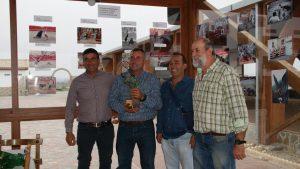 Víctor y Roberto Arriazu, con el trofeo, a la izquierda, con dos directivos del Club Casta Brava de Arguedas.