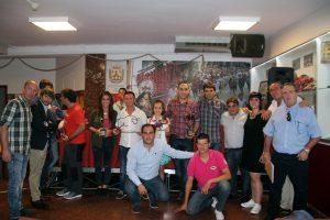 Los premiados rodeados por directivos de la peña Lodosa por el Toro y representantes municipales. Fotografías: José Alberto Rivas.