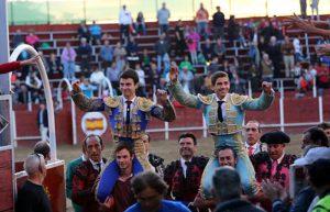 Toñete, primero por la izquuierda, sale a hombros en Mejorada del Campo, junto a Pexeiro.