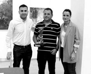 Pedro Domínguez, con el trofeo, entre Carlos Alvero y Raquel Garbayo, alcaldesa de Cintruénigo. Fotografía: Romera.