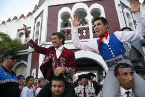 Pablo y Guillermo Hermoso de Mendoza, padre e hijo, salieron a hombros en Estella el pasado 7 de agosto. Fotografía: J. C. Cordovilla.