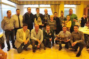 Los premiados, junto a representantes del club taurino y patrocinadores. Fotografía: Alberto Galdona.