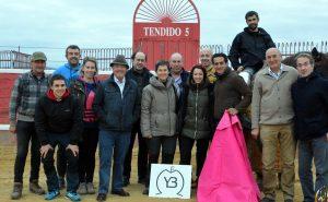 Iván Fandiño junto a la ganadera Yolanda Azcona, rodeados ambos de numerosos aficionados. Fotografías: Sergio Moreno.