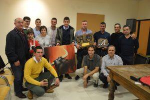 Los ganaderos premiados rodeados de aficionados de Casta Ribera.. Fotografía: Goio Arraiza.