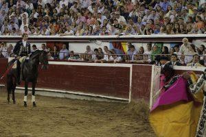 El caballero navarro, con 'Barrabás', se encontró con un sexto toro completamente rajado en el último tercio.