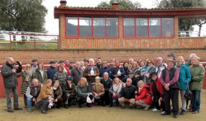 Los socios del Club Taurino de Pamplona en la plaza de tientas de El Capea, con El Viti y Niño de la Capea en el centro, con pañuelos rojos en sus cuellos.