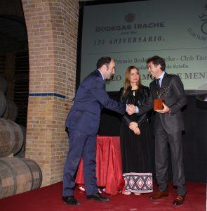 Manu Ayerdi, Ana Santesteban y Hermoso de Mendoza en el momento de recoger el premio. Fotografía: Leye Corroza.