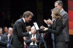Hermoso en el momento de recibir la medalla de oro de manos de los reyes de España.