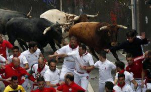 Un momento del último encierro de Miura en Pamplona.