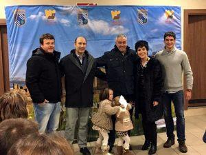 De izda. a dcha., el concejal César Jimeno, el alcalde, Adolfo Vélez, Eulogio Mateo y su esposa, Marian Remírez, sus dos hijos, y el concejal Roberto Zabalegui.