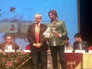 Carlos María Santoyo, director del programa 'Grana y Oro', fue el encargado de entregar el trofeo a Roberto Armendáriz.