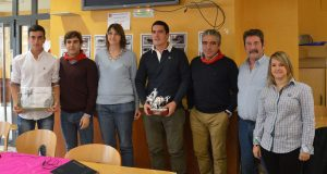 Víctor Ustárroz con el trofeo y, a cada lado, José Ángel Santafé y Javier Marín, ambos con pañuelo rojo, rodeados de aficionados del Club Taurino de Valtierra. Fotografía: Goio Arraiza.