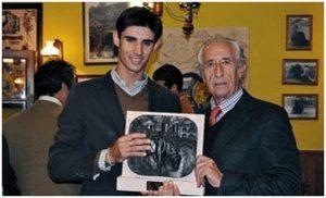 En una ocasión, entregó el premio Pase de las Flores al diestro Víctor Barrio, también fallecido este año.