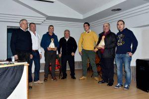 Los premiados rodeados por socios del Club Taurino de Buñuel..