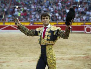Javier Marín pasea en triunfo la oreja lograda en Pamplona el pasado 5 de julio.