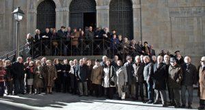 Los socios del club taurino pamplonés, ayer en la escalinata de los Carmelitas Descalzos. Fotografía: Miguel Ángel Coronado.