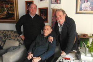 Ciriaco Díaz, en su domicilio durante la Navidad de 2013, rodeado por Juan Ignacio Ganuza e Ignacio Usechi, presidente y ex presidente del Club Taurino de Pamplona, respectivamente.