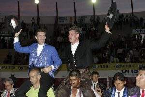 El mano a mano de Mazatlán se saldó con la salida a hombros de los dos rejoneadores. Fotografía: pablohermoso.net