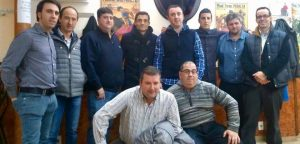 Paco Ureña rodeado de directivos del Club Taurino de Peralta.