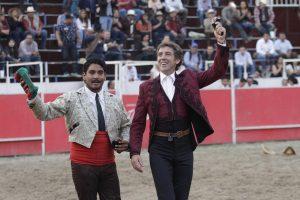 Vuelta triunfal del caballero navarro en Celaya junto al cabo de los forcdos de Querétaro. Fotografía: pablohermoso.net.
