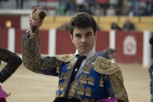 Toñete pasea en triunfo la oreja cortada en Íscar. Fotografía: José Salvador.