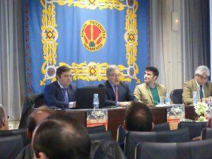 El veterinario Julio Fernández -primero por la izquierda-, esta mañana en un momento de la exposición de su ponencia.