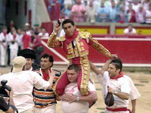 Zotoluco sale a hombros en Pamplona. Fue el 14 de julio de 2001.