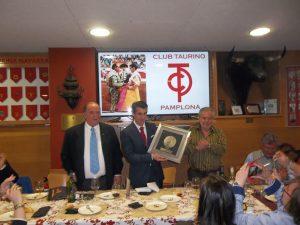 Francisco Marco muestra el cuadro que le obsequió el Club Taurino de Pamplona. Fotografía: Jaime Esparza.