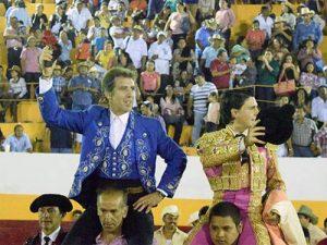 Lagravère y Hermoso de Mendoza salen a hombros en Peto. Fotografía: Tadeo Alcina.