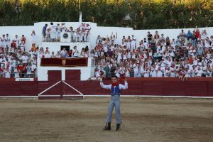 Guillermo Hermoso de Mendoza muestra triunfal las dos orejas conseguidas en la plaza de su ciudad natal, Estella. Fotografía: J. C. Cordovilla.